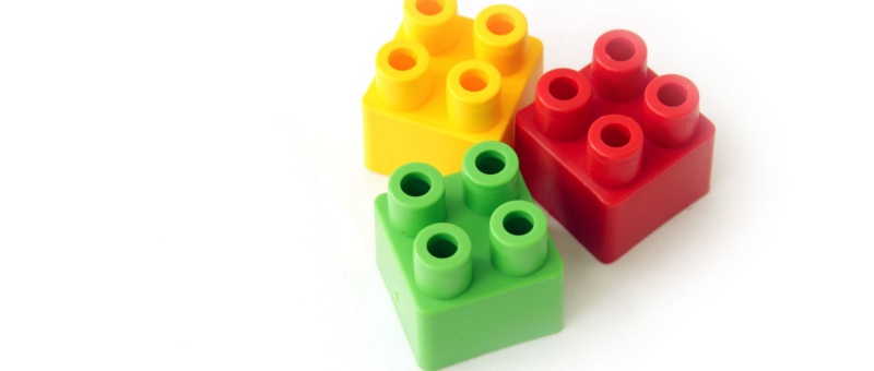 Managers en werknemers spelen samen met Lego!